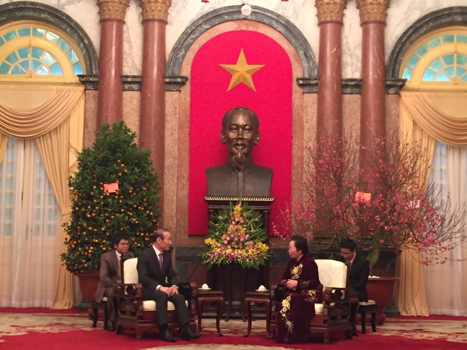 Choi Byung-oh (left), chairman of Fashion Group Hyungji, speaks with Nguyen Thi Doan, vice president of Vietnam, at the presidential palace in Hanoi.