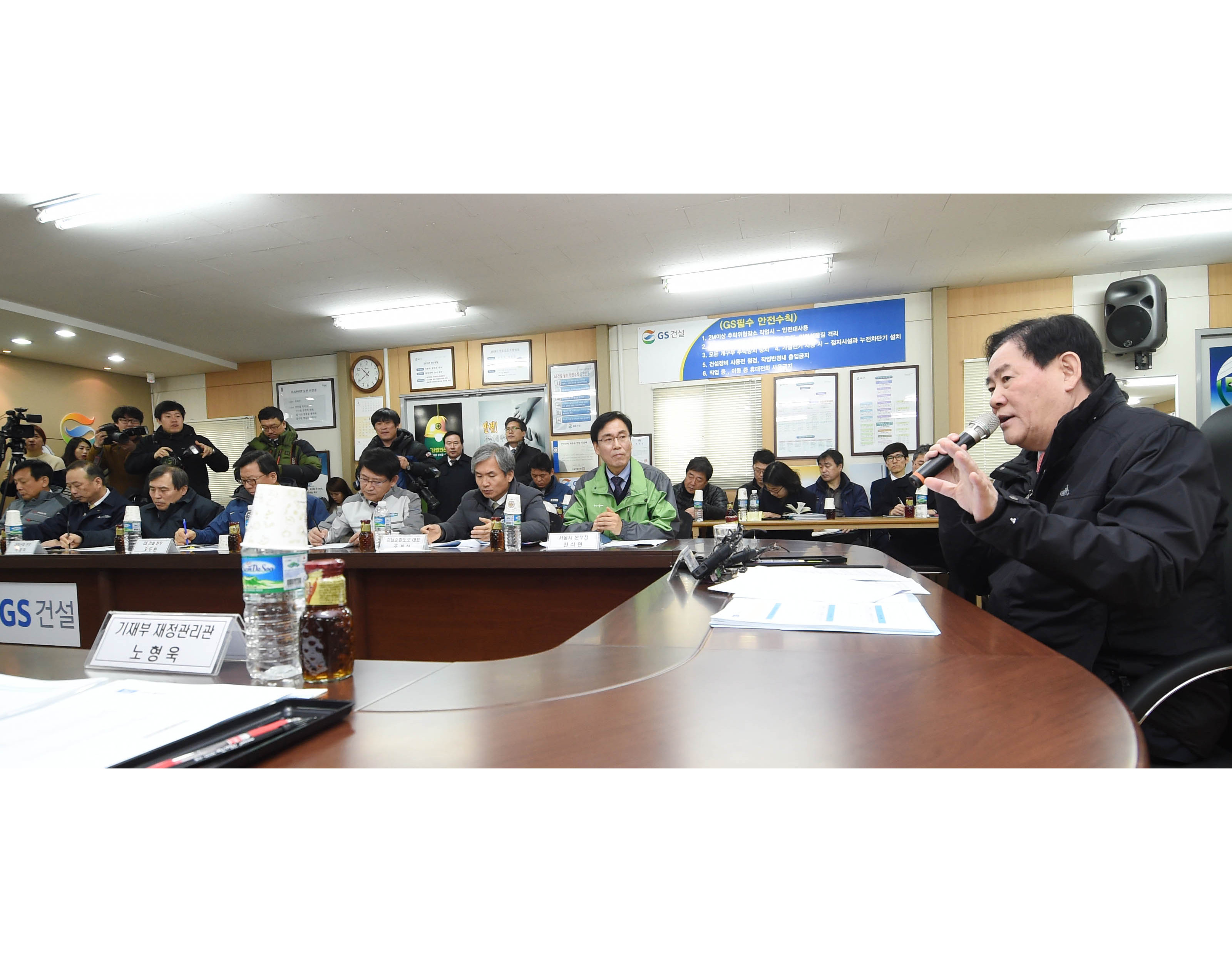 Choi Kyung-hwan speaks about how to encourage private sector investment while visiting GS Engineering and Construction Corporation officials at the Gangnam Beltway Construction site on March 9.