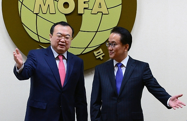 Deputy Foreign Minister for Political Affairs Lee Kyung-soo (right) and Chinese Assistant Foreign Minister Liu Jianchao (left) speak together in Seoul on March 16.