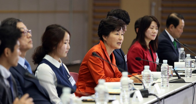 President Park Geun-hye gives her thoughts at the Gwangju 2015 Universiade presentation by organizing committee members on Wednesday.