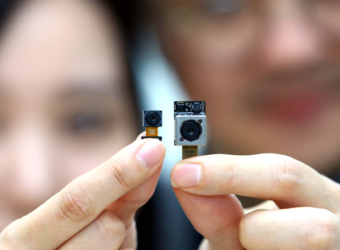 LG Innotek's F1.8 16 megapixel OIS camera module (right), 8M front-facing camera module (left).