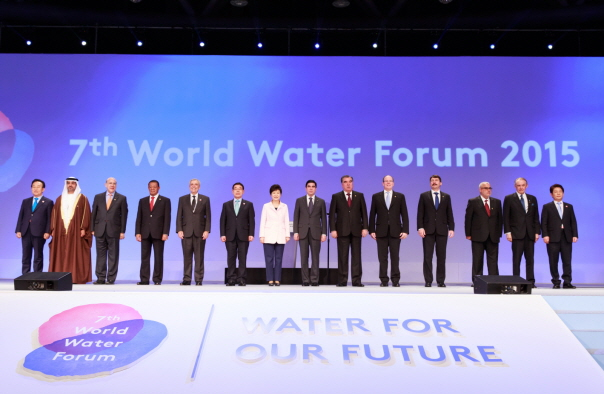 Representatives from many countries including Korean President Park Geun-hye (7th from left) attend the opening ceremony of the World Water Forum 2015 in Daegu.