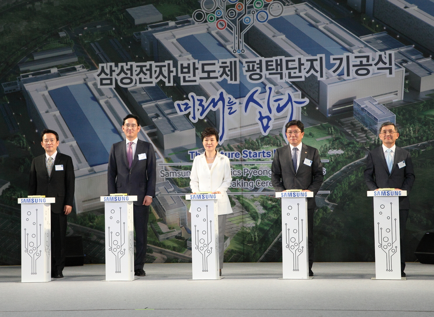 Park Geun-hye (center), president of South Korea, Lee Jae-yong (2nd from left), vice chairman of Samsung Electronics, and other major figures press blasting buttons at the groundbreaking ceremony of Samsung's new Pyeongtaek factory.
