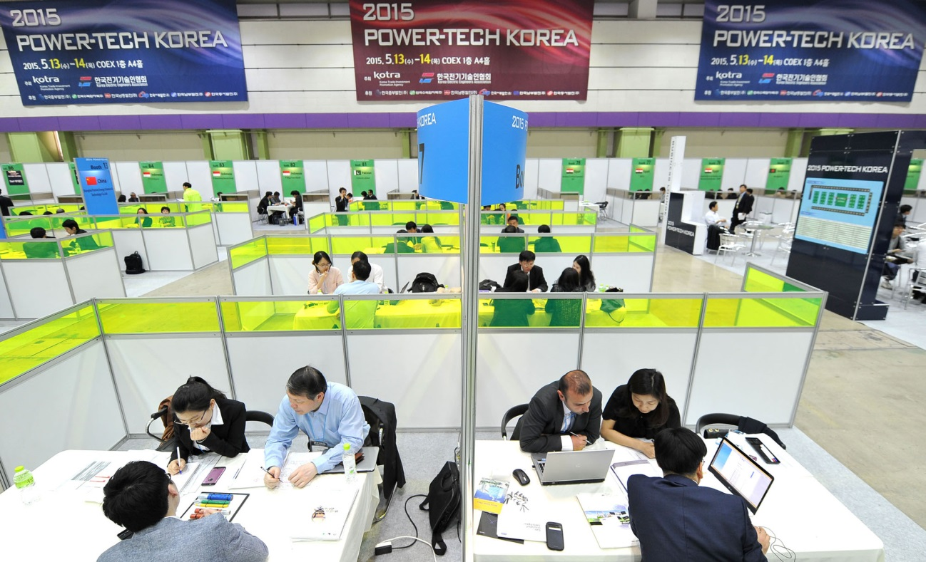 KOTRA representatives talk about contracts with buyers and domestic companies at the Power-Tech Korea 2015, on May 13.