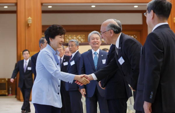 President Park Geun-hye shakes hands with the delegation of the Korea-Japan Economic Association in the Presidential Office on May 13.