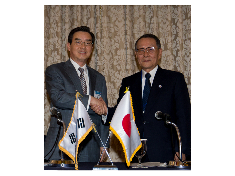 Kim Yoon (left), co-chairman of the Korea-Japan Economic Association and chairman of Samyang Holdings, shakes hands with his Japanese counterpart Mikio Sasaki on May 14 at the press conference for the 47th Korea-Japan Business Conference.