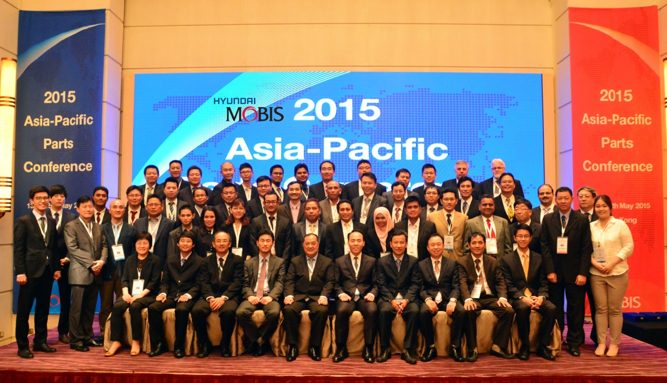 Hyundai Mobis personnel pose for a photo with the heads of its distributor outlets at the 2015 Asia-Pacific Parts Conference held in Hong Kong.