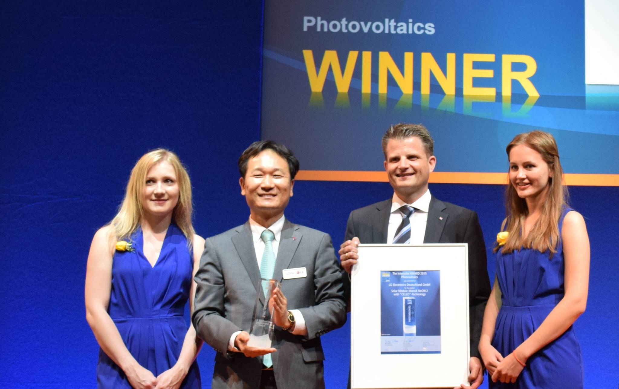 Choi Young-ho (2nd from left), head of LG Electronics' solar research center, poses after winning the Intersolar Award 2015.