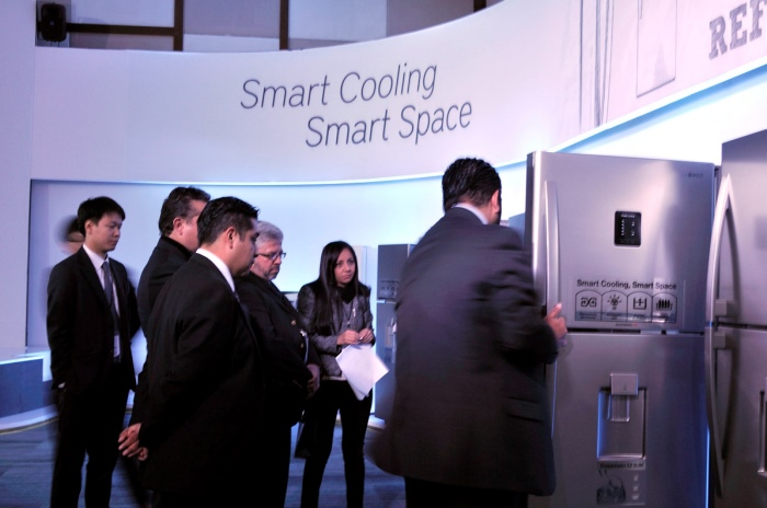 In the launch event hosted by Dongbu Daewoo Electronics in Feb. in Mexico, local buyers examine the global platform refrigerator.
