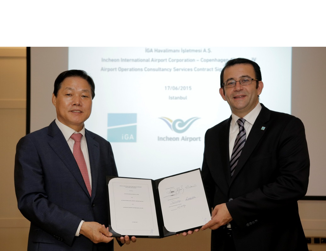 Park Wan-su (left), CEO of Incheon International Airport, poses with Mertol Genc (right), CEO of Istanbul Grand Airport, with a signed contract to provide consulting services in Istanbul, Turkey, on June 17 (local time).