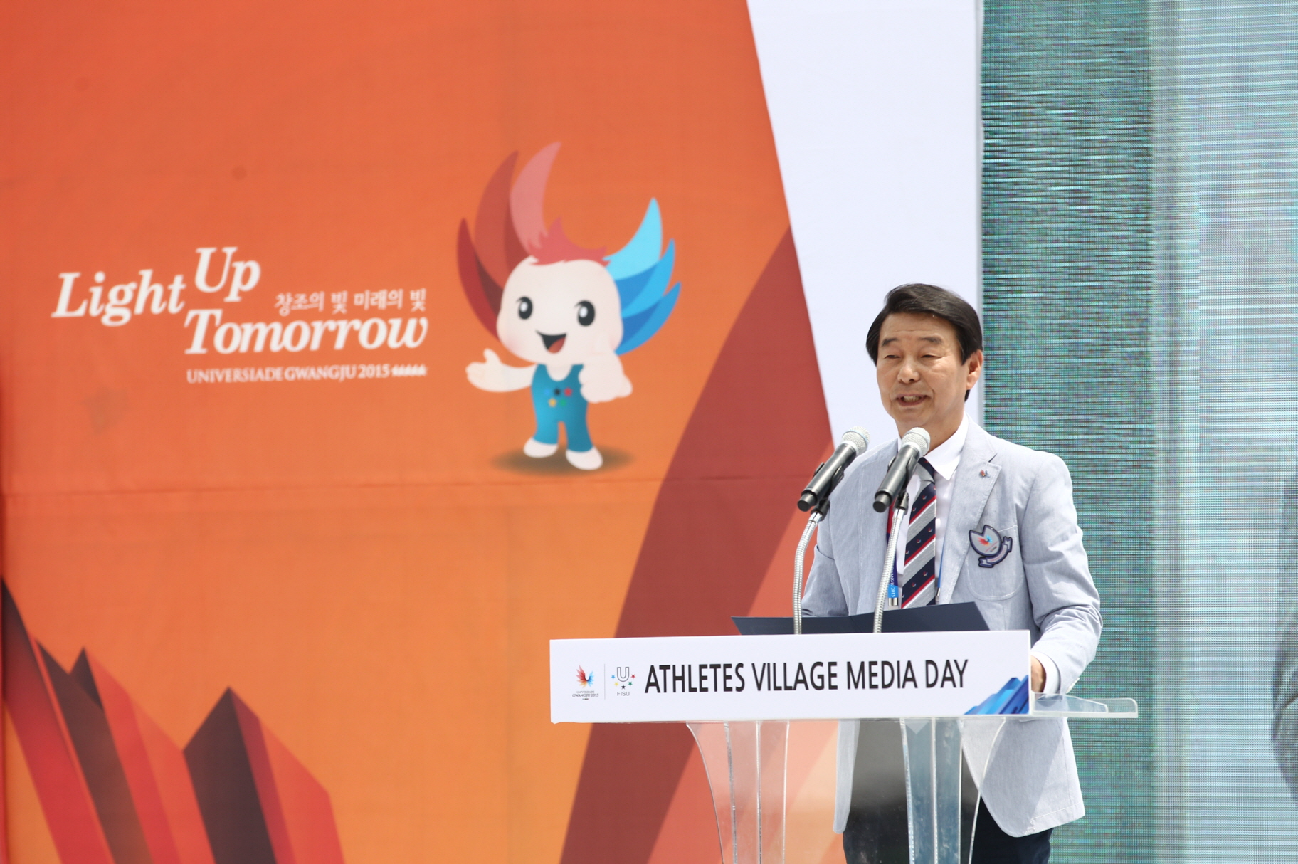 Athletes Village Mayor Lim Duck-ho welcomes journalists to the Gwangju Universiade Athletes Village on June 23.