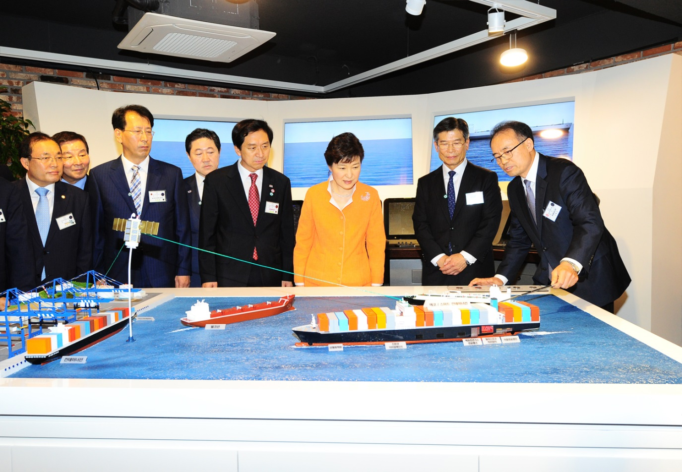 "President Park Geun-hye, HHI Chairman Choi Kil-seon (2nd from right) and Ulsan Mayor Kim Ki-hyeon (4th from right) listen to an explanations about a ""Smart Ship"" from HHI Chief Technology Officer Shin Hyun-soo (right)."