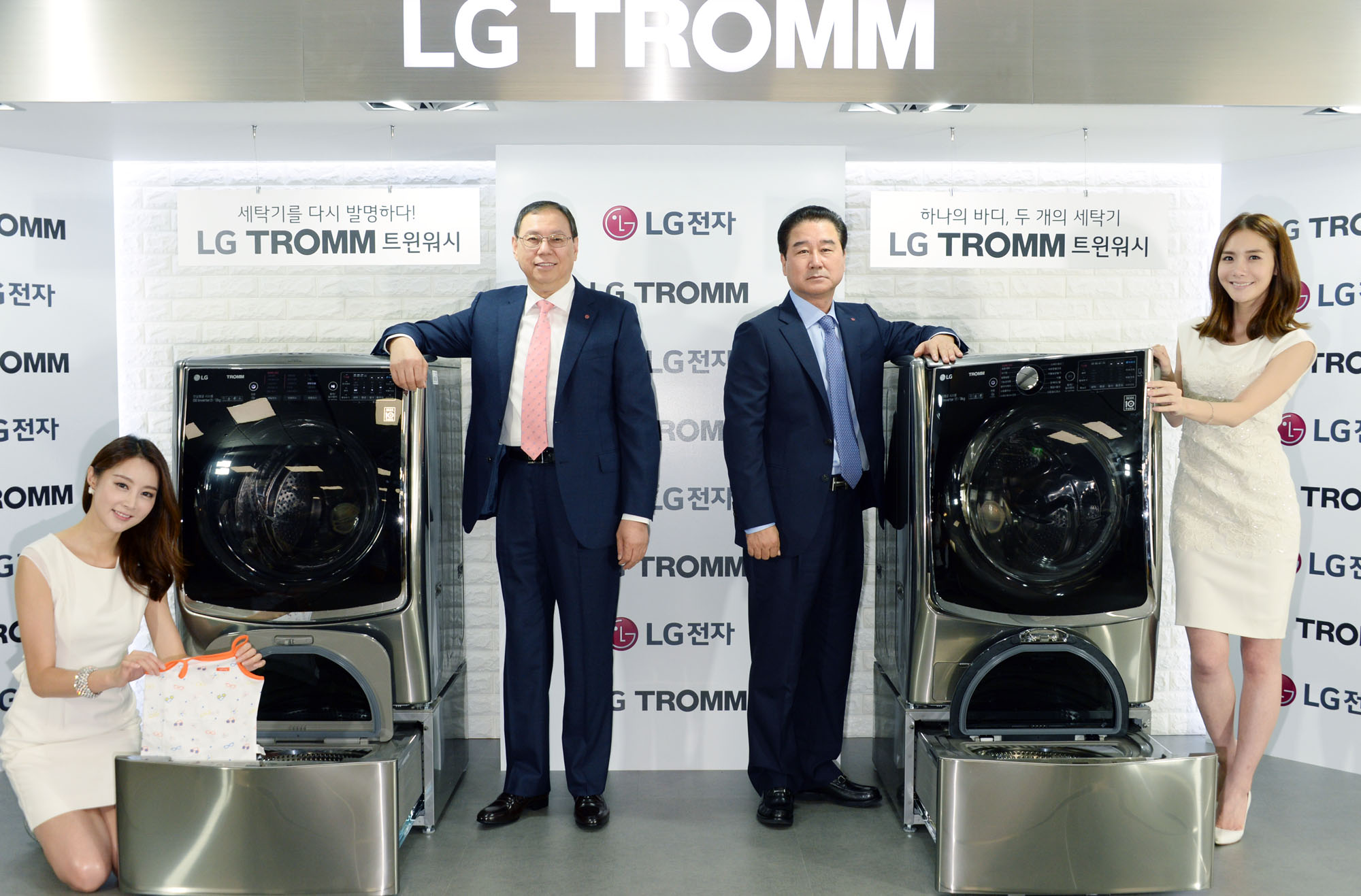 Jo Seong-jin (2nd from left), president and CEO of LG's Home Appliance division, poses with models and the new LG Twin Wash System at the company's headquarters in Yeouido, Seoul, on July 23.