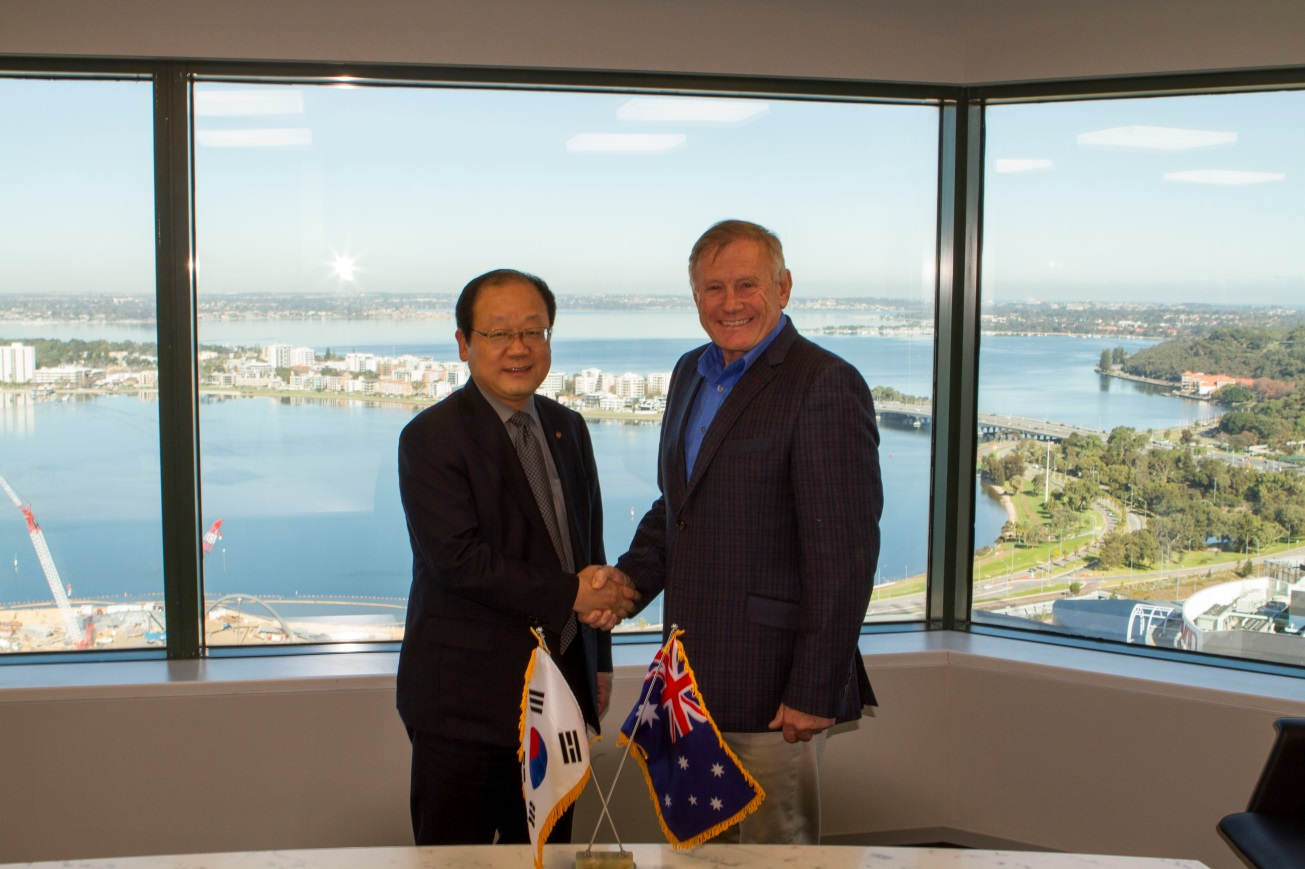 Hanwha Corporation Australia CEO Choi Yang-soo (left) shakes hands with LDE Corporation Managing Director Kevin Waldock (right).