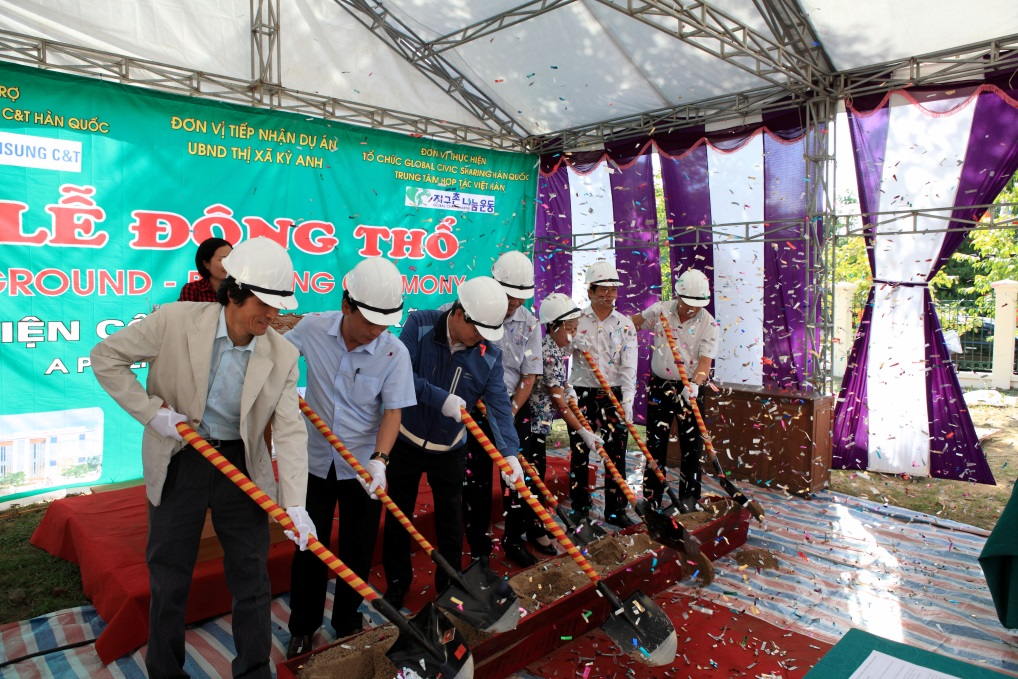 Officials of Samsung C&T and Vietnam's Ha Tinh province participate in a ground-breaking ceremony on Aug. 14.
