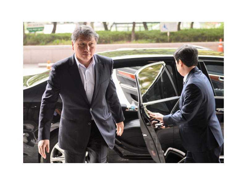 SK Group Chairman Chey Tae-won enters his office at the company's headquarters in Seorin-dong, downtown Seoul, on Aug. 16 after being released from prison last week in a special presidential pardon marking Liberation Day.