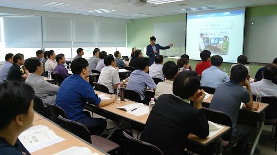Kim Woo-yong, a professor from Busan University, introduces IoT-related technology to executives at partner companies of Samsung Electronics during this year's Tech Trans Fair at Samsung Electronics' Win-win Cooperation Academy in Suwon on Sept. 3.