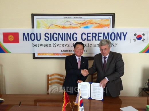 KHNP President Cho Seok and Kyrgyz's Deputy Prime Minister Valery Dil pose after signing an MOU to cooperate in the hydro power sector on Sep.2.