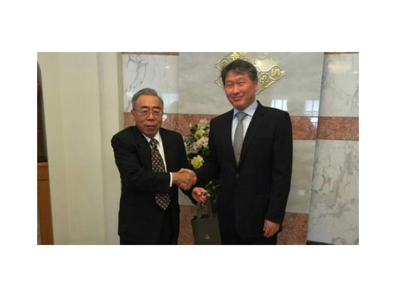 SK Group Chairman Chey Tae-won (right) poses for a photo with William W. Wong, chairman of Formosa Plastics Group, in Taiwan on Sept. 3 after agreeing to expand business ties in the energy, chemicals and ICT sectors.
