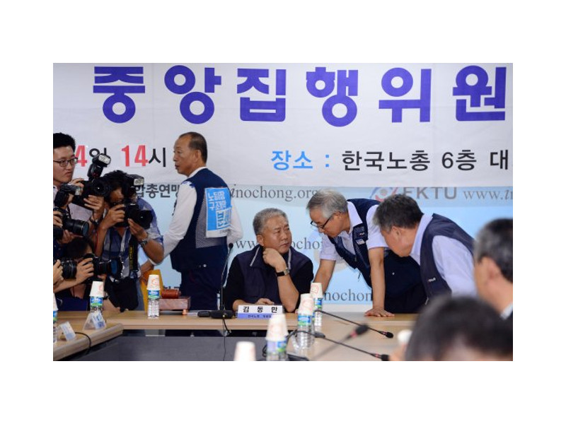 Kim Dong-man, chairman of the KFTU, listens at the 59th meeting of the central executive committee to ratify the agreement among labor, management and the government at FKTU Hall in Seoul's Yeouido on Sept. 14.