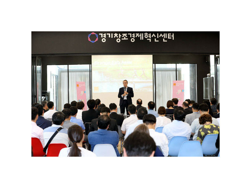 "Francois Lecomte, CEO of AXA General Insurance Korea, delivers a congratulatory speech at the ""Orange Fab Asia Joint Demo Day"" for start-ups in the Gyeonggi Center for Creative Economy & Innovation (CCEI) on Sept. 14."