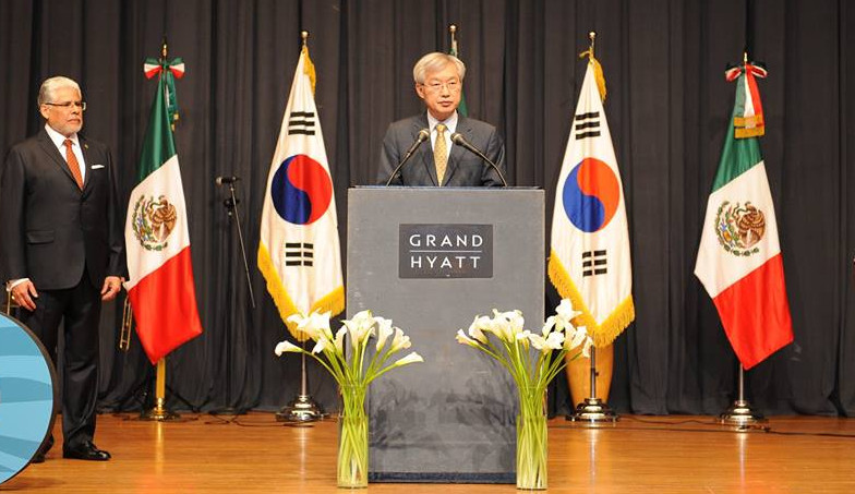 Lee Tae-ho, deputy minister for economic affairs, conveys a congratulatory message to the people and government of Mexico on behalf of the Korean Government at the Grand Hyatt in Seoul on Sept. 15.