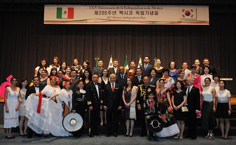 Embassy staff and members of the Mexican community in Korea at the 205th Independence Day celebration at the Grand Hyatt in Seoul on Sept. 15.