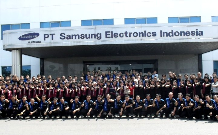 A photo of the staff of a Samsung Electronics' plant in Indonesia.
