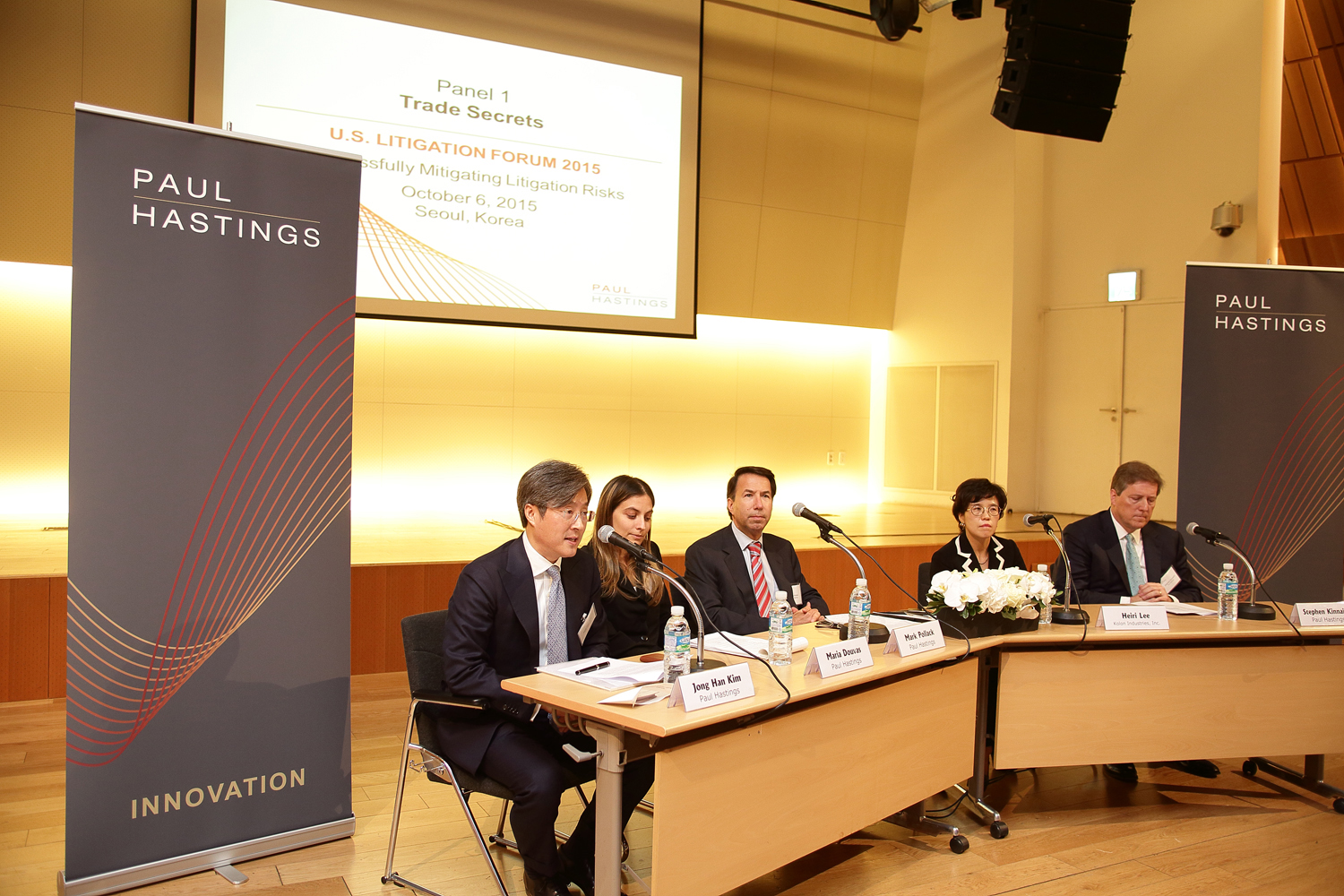 From left: Kim Jong-han; Maria Douvas; Mark Pollack; Heiri Lee, general counsel and vice president of Kolon Industries; and Stephen Kinnaird participate in a panel session at the US Litigation Forum 2015 at the Ferrum Tower in Seoul.