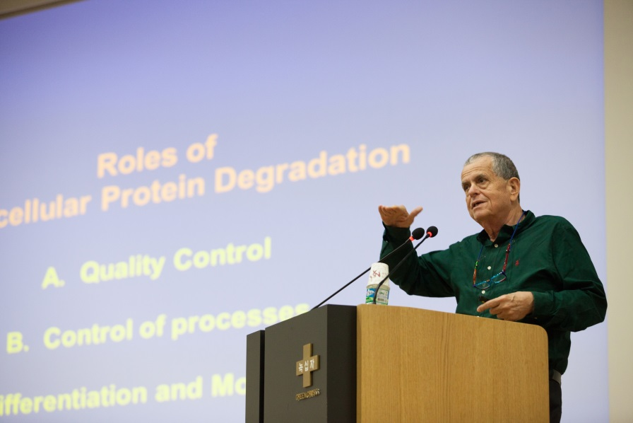 Professor Aaron Ciechanover delivers a lecture in the auditorium of the Green Cross R&D Center on Oct. 8.
