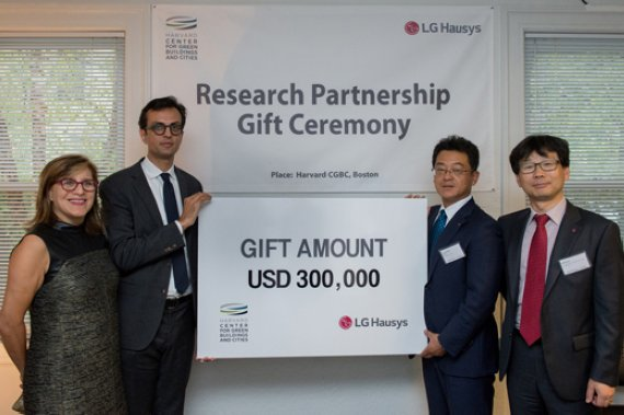 Harvard CGBC Director Ali Malkawi (2nd from left) and managing director Kim Kwang-jin (2nd from right), head of LG Hausys America, pose for a photo after signing a partnership for joint research in Boston.