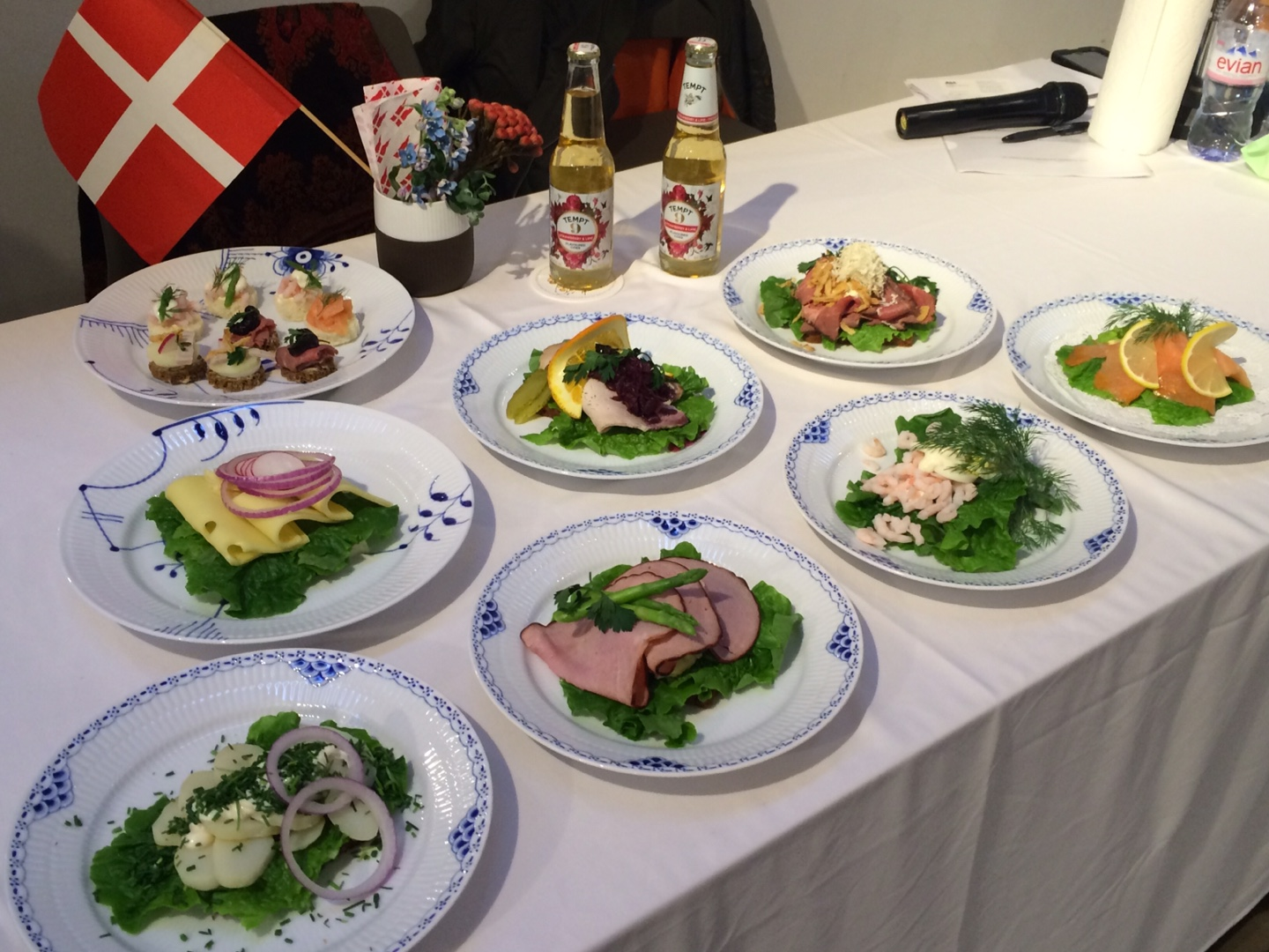 The Danish porcelain company Royal Copenhagen sponsored plates for the D PASS Danish Cooking Workshop held on Oct. 31 at the Daelim Museum in Seoul that showcased trendy Danish food, drinks and design.