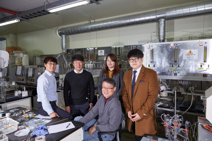 From left: Professors Kim Keon-tae, Ju Yong-wan and Baek Jong-beom, and researchers Kim Seon-ah and Kim Chul-min at the Department of Energy and Chemical Engineering of UNIST.