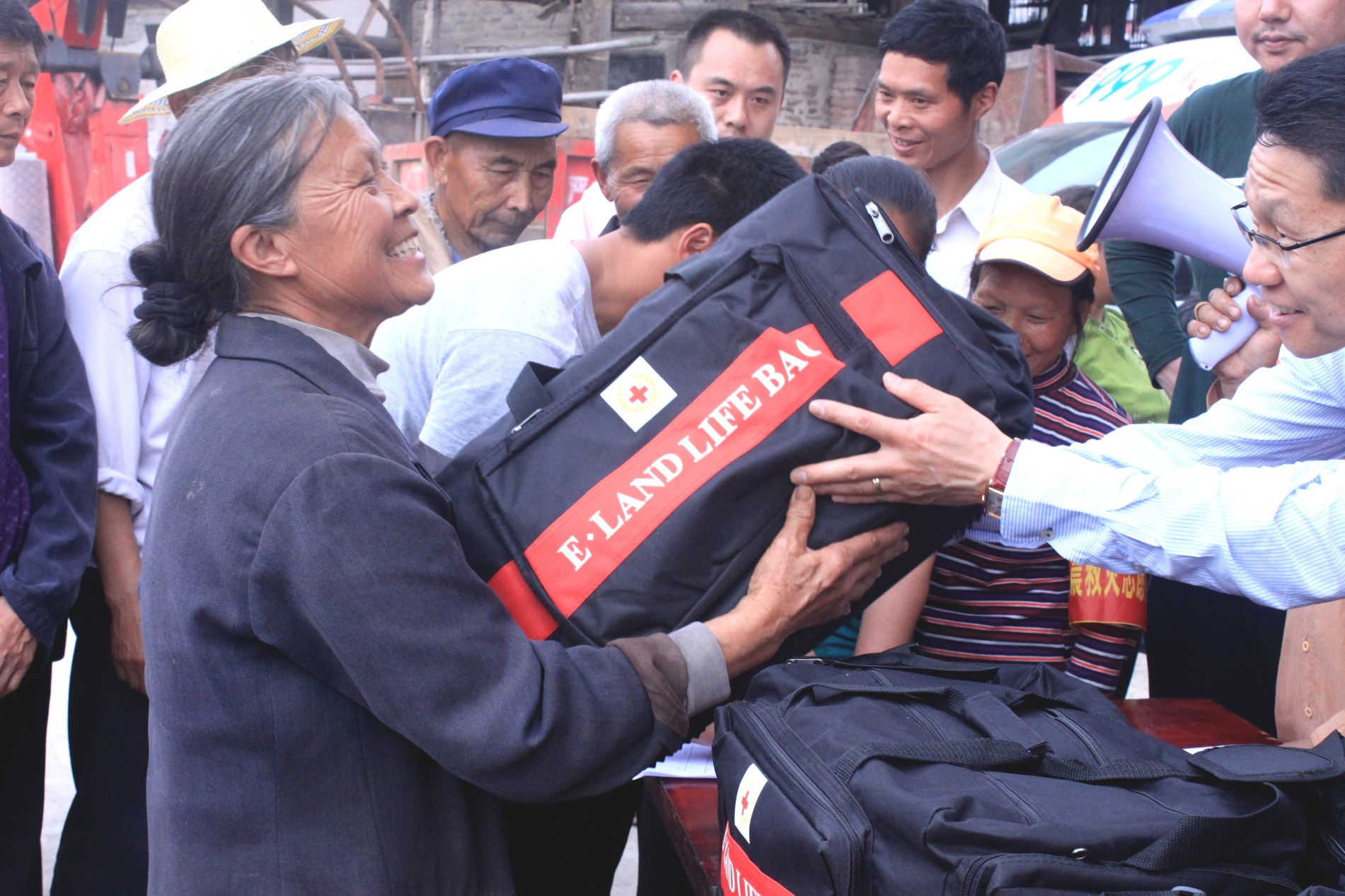 Delivering an E-Land Life Bag to Chinese people in need during the Yunnan Province earthquake last year.
