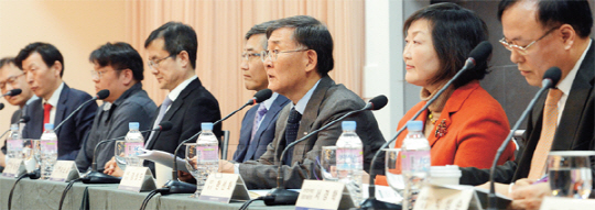 President of the Korea Advanced Institute of Science & Technology Kang Sung-mo (3rd from right) and chairman of the High Performance Computing Development Forum presides over a public hearing of the forum on Dec. 17 at The-K Hotel in Yangjae, Seoul.