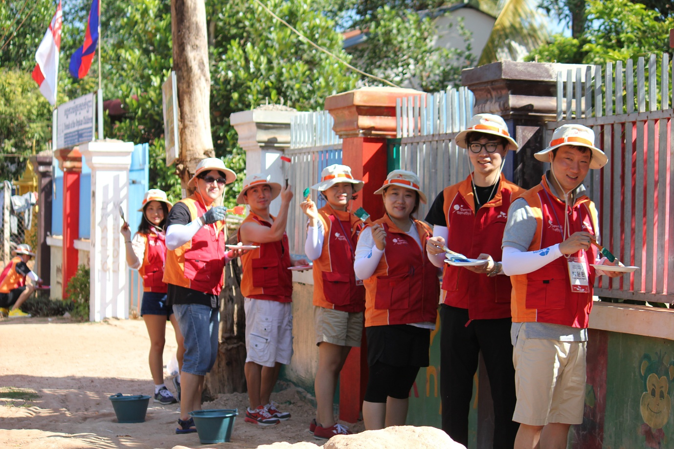 SK Hynix's employees participating in the overseas training program for outstanding employees take part in volunteer activities in Cambodia.
