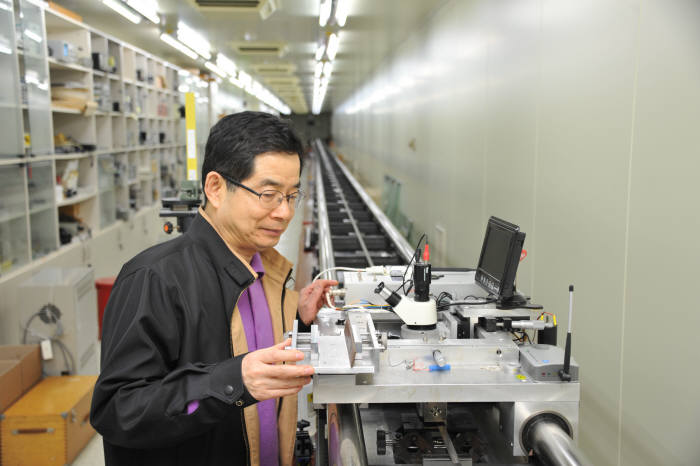 Dr. Eom Tae-bong at the Korea Research Institute of Standards and Science is testing a precision calibration system that can improve the accuracy of the measurement of laser interferometers.