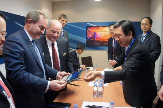 Korea Aerospace Industries (KAI) President Ha Sung-yong (right) delivers a commemorative picture for the T-X release to Lockheed Martin vice president George Standridge (far left) and president Orlando Carvalho (second from left).