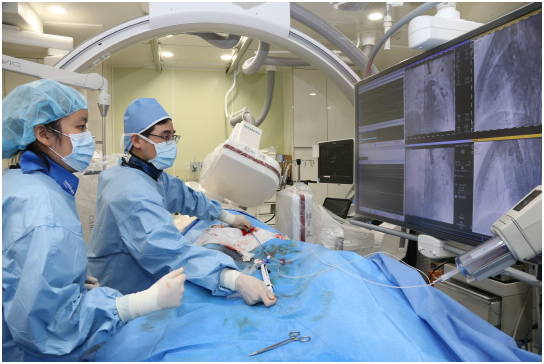 Professor Kim Ki-beom at the Seoul National University Hospital is transplanting an artificial tissue-based heart valve into a patient by using a stent (right side in the picture) the hospital developed for the purpose.