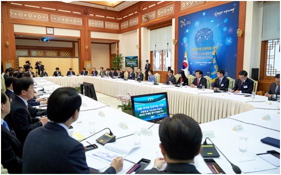 President Park Geun-hye invited 20 experts from private sector to Cheong Wa Dae, the Presidential Office, on March 16 to discuss utilization strategies of artificial intelligence.