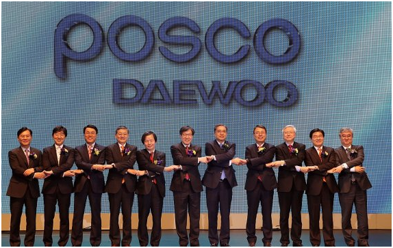 POSCO Daewoo held a proclamation ceremony of new name and corporate identity on March 21. POSCO Daewoo President and CEO Kim Young-sang (fifth from right) and POSCO Chairman Kwon Oh-joon (sixth from right) pose for a photo.