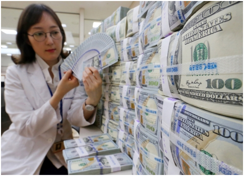 Korea's foreign exchange reserves in January stood at US$367.29 billion, a drop of US$670 million from Dec. last year, posting the decline for three consecutive months since last Nov.