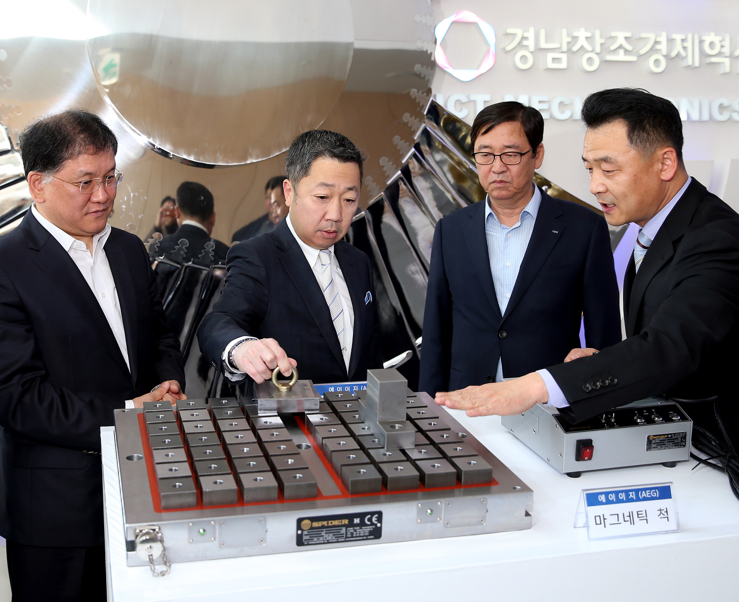 Doosan Group Chairman, Park Jeong won, (second from left) visited the Gyeongnam Center for Creative Economy and Innovation early April this year.