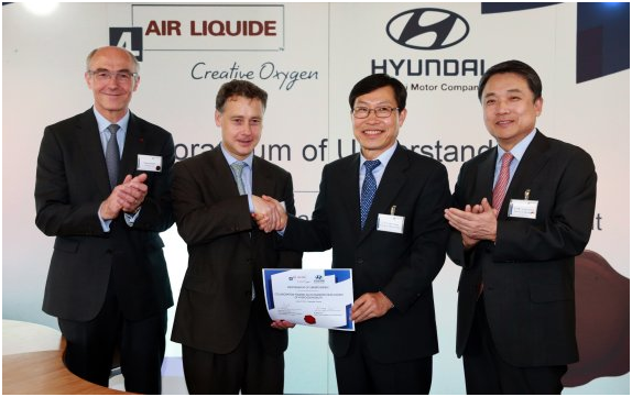 Hyundai Motor President Chung Jin-haeng, Lee Ki-sang, head of Hyundai's Eco Technology Center, Benoit Potier, chairman of Air Liquide and Pierre Etienne Franc, president of France's  future technology business (from right) pose for a photo.