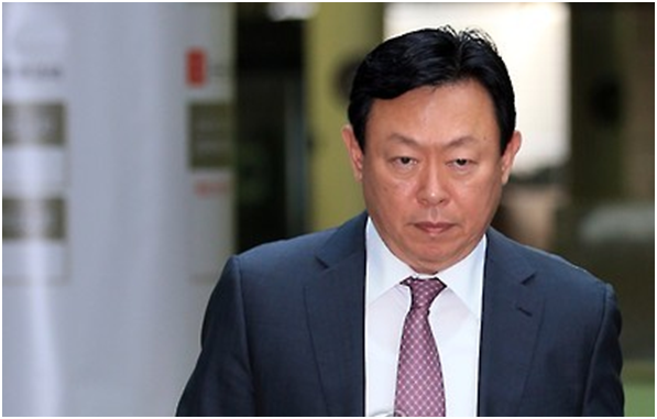 Shin Dong-bin, chairman of Lotte Group under investigation by prosecutors, was paid 41.2 billion won. The amount was 6.9 billion won in 2011 but rose to 10.9 billion won last year