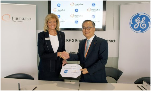 Hanwha Techwin CEO Shin Hyun-woo (right) shakes hands with Jean Lydon-Rodgers, general manager of GE Aviation's military systems, after signing the partnership for the KF-X at the Farnborough International Airshow held in the U.K. on July 12 (local time).