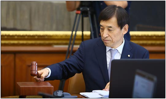 Lee Ju-yeol, governor of the Bank of Korea bangs the gavel after deciding to freeze the key interest rate at 1.25% at the regular Monetary Policy Committee meeting on July 14.