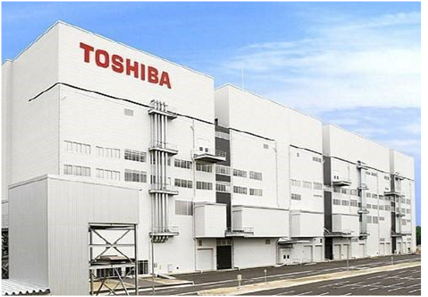 Toshiba is challenging Samsung Electronics by planning to start manufacturing the world's first 64-layer 3D NAND flash memory chips in the third quarter of this year.