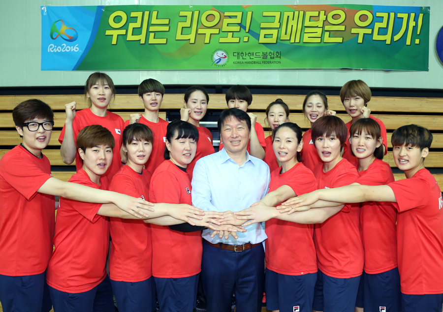 SK Group Chairman Chey Tae-won is cheering on South Korean female national handball players