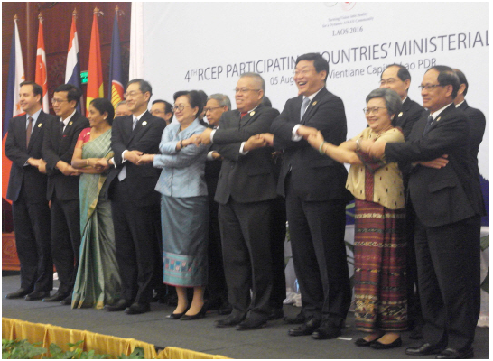Korea's Trade, Industry and Energy Minister Joo Hyung-hwan, third from right in front line , poses for a photo with trade ministers of ASEAN countries at the 13th round of Regional Comprehensive Economic Partnership (RCEP) ministerial meeting held in Vien